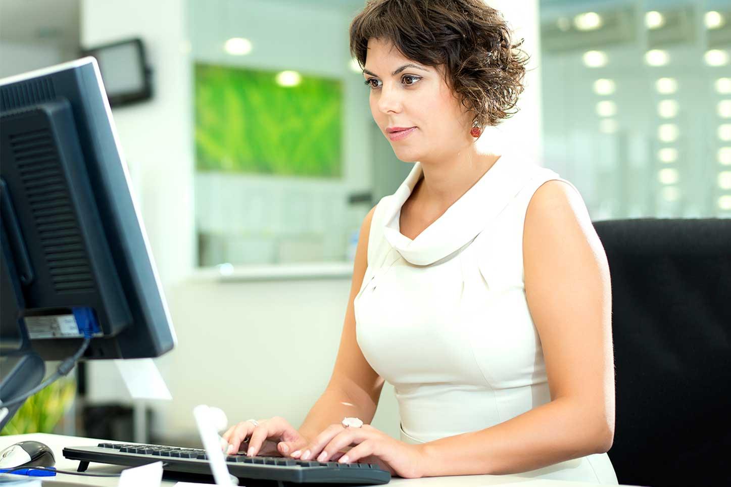businesswoman-using-computer